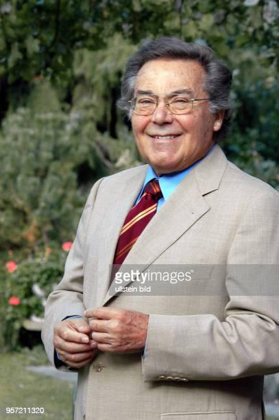 Der Tenor und Weltstar Kammersänger Peter Schreier , der Ende 2005 seine Gesangskarriere beendet, steht im Garten seines Hauses in Dresden,...