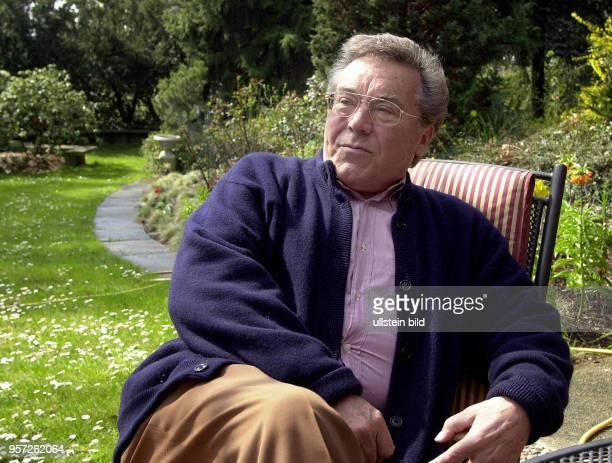 Der Tenor und Weltstar Kammersänger Peter Schreier , der Ende 2005 seine Gesangskarriere beendet, sitzt im Garten seines Hauses in Dresden,...