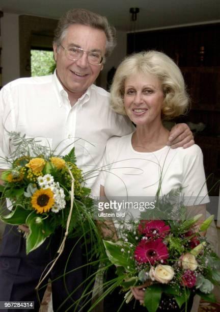 Der Tenor und Weltstar Kammersänger Peter Schreier , hier mit seiner Ehefrau, feiert seinen 65.Geburtstag, aufgenommen am 29. Juli 2000. Der...