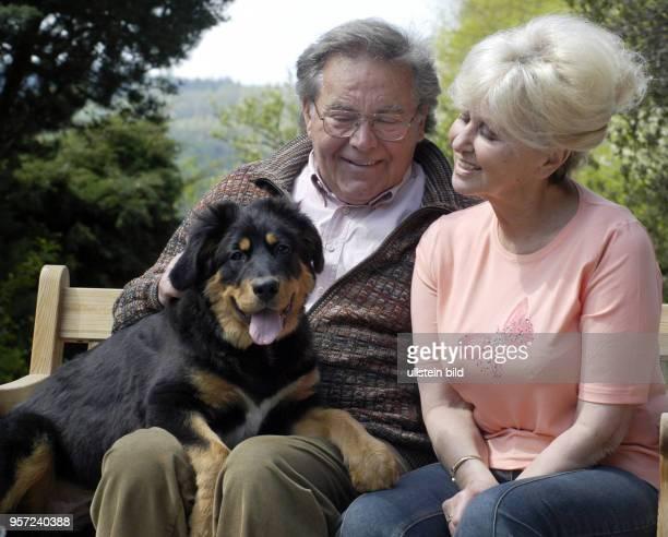 """Der Tenor und Weltstar Kammersänger Peter Schreier und Ehefrau Renate freuen sich über den """"Ruhestand"""" des Sängers und Dirigenten; Ende 2005 hat er..."""