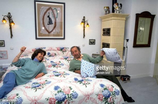 Der Theater und Filmschauspieler Hans Clarin mit seiner Ehefrau Christa Sie liegen beide auf dem Bett in ihrem Schlafzimmer Clarin hat ein Kissen in...
