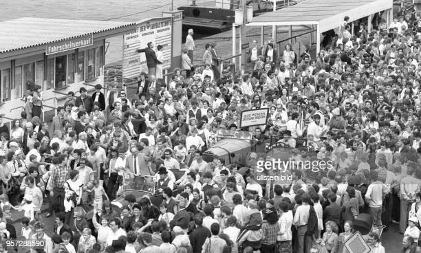 Der traditionelle Festumzug der Bands zum Abschluss des Dixieland Festivals in Dresden begeistert wieder die Massen aufgenommen im Mai 1986 Seit 1971...