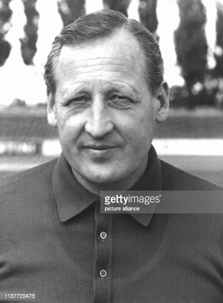 Der Trainer des Fußballvereins Eintracht Braunschweig am 3171968 Helmuth Johannsen einer der profiliertesten deutschen Fußballtrainer ist am 3111998...