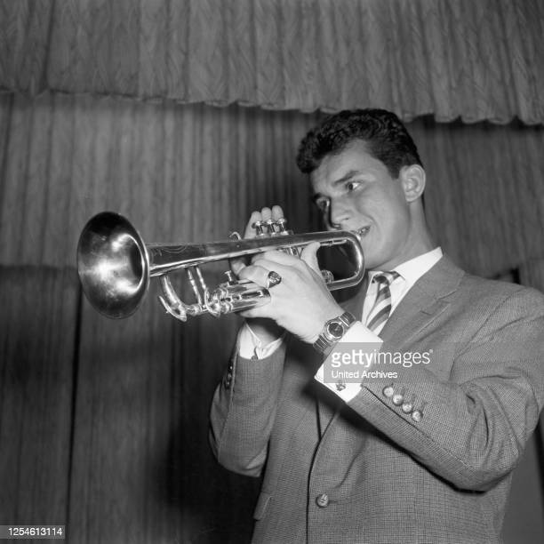 Der Trompeter und Schlagersänger Peter Beil in der NDR Fernsehsendung Toi toi toi Deutschland 1950er Jahre