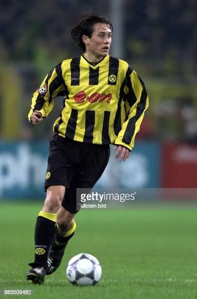 Der tschechische Mittelfeldspieler Tomas Rosicky vom FußballBundesligisten Borussia Dortmund führt den Ball