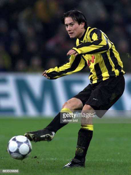 Der tschechische Mittelfeldspieler Tomas Rosicky vom FußballBundesligisten Borussia Dortmund spielt einen Pass mit dem rechten Fuß