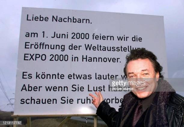 Der tschechische Schlagerstar Karel Gott zeigt am 1422000 im oberpfälzischen Waidhaus an der Grenze zu Tschechien auf eine Werbetafel für die EXPO in...