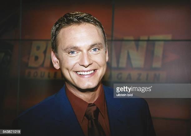 Der TVModerator Axel Bulthaupt vor dem Logo des ARDBoulevardmagazins 'Brisant' Aufgenommen September 1999
