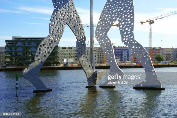 Der umgestaltete ehemalige Osthafen bietet mit seinem Uferweg neue Sichten auf den Bezirk Friedrichshai-Kreuzberg vom Wasser her. Am , war auf der...