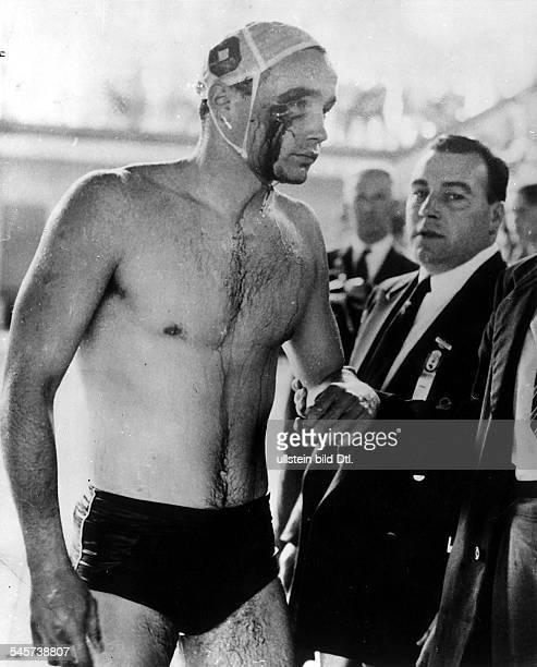 Wasserball Ungarn UdSSR 40 Der Ungar Erwin Zador musste mit einer Gesichtsverletzung das Becken verlassen nachdem er von einem sowjetischen Spieler...