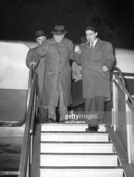Der ungarische Operettenkomponist Paul Abraham betritt am nach 25jähriger Abwesenheit wieder deutschen Boden Ein DreimannKapelle spielte am Flugzeug...