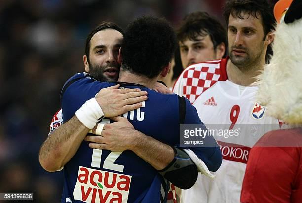 Der unterlegene Kroate Ivano Balic umarmt den serbischen Sieger Darko STANIC Handball Männer Europameisterschaft 2012 Halbfinale : Serbien - Kroatien...