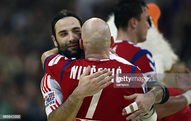 Der unterlegene Kroate Ivano Balic umarmt den serbischen Sieger Ivan NIKCEVIC Handball Männer Europameisterschaft 2012 Halbfinale : Serbien -...