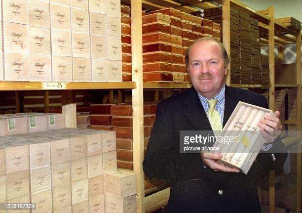 Der Unternehmer Gunnar Heinemann, aufgenommen am 25.6.1999 in seinem Lager für Zigarren in der Hamburger Speicherstadt. Auf 30 Quadratmetern lagern...