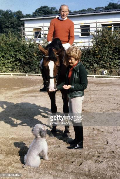 Der Unternehmer und Dressurreiter Josef Neckermann und seine Ehefrau Annemarie, aufgenommen im Dezember 1979 auf ihrem Gestüt in Götzenhain bei...