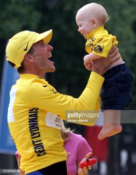 Der USamerikanische Radprofi Lance Armstrong im Gelben Trikot des Gesamtsiegers hebt am auf den Champs d'Elysees in Paris bei der Ehrung nach der 21...