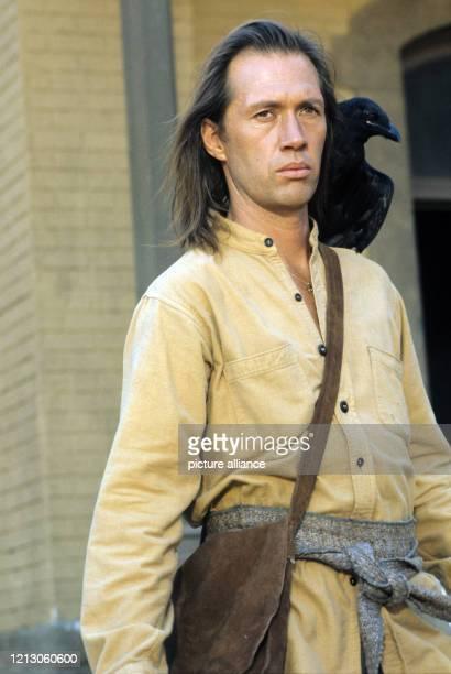 """Der US-amerikanische Schauspieler David Carradine in seiner Rolle als Mönch Kwai Chang Caine in der Fernsehserie """"Kung Fu"""". Aufnahme von 1976. Foto:..."""