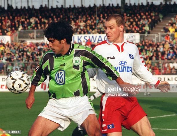Der USNationalspieler Claudio Reyna vom VfL Wolfsburg schirmt am 631999 den HSVSpieler Christoph Babatz vom Ball ab Die Wolfsburger gewinnen das...