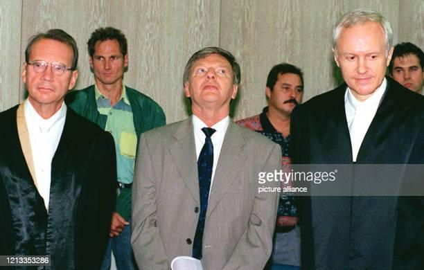 Der Vater der Tennisspielerin Steffi Graf, Peter Graf , steht zu Beginn des Prozesses gegen ihn im Mannheimer Landgericht . Neben Graf stehen seine...