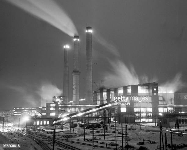 Der VEB Gaskombinat Schwarze Pumpe bei Nacht undatiertes Foto von 1970 1955 begann der Aufbau des Großbetriebes der aus einer Vernetzung von...