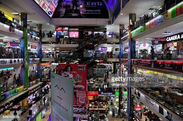 Der Verkauf von gefälschter Software und DVDs ist einer der Gründe für den Erfolg und Berühmtheit des Pantip Plaza Computerladen Bangkok Thailand