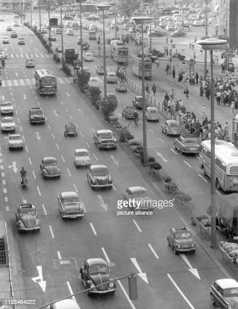 Der Verkehrsstrom auf einer mehrspurigen Hauptstraße vor dem Stuttgarter Hauptbahnhof an einem Nachmittag gegen 17.00 Uhr im Jahr 1961.