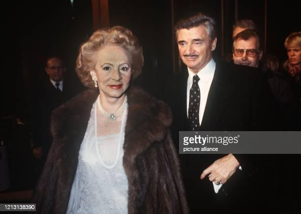 Der Verleger Josef von Ferenczy folgt seiner Ehefrau Katharina auf dem Weg zur Verleihung der Goldenen Kamera 1983.