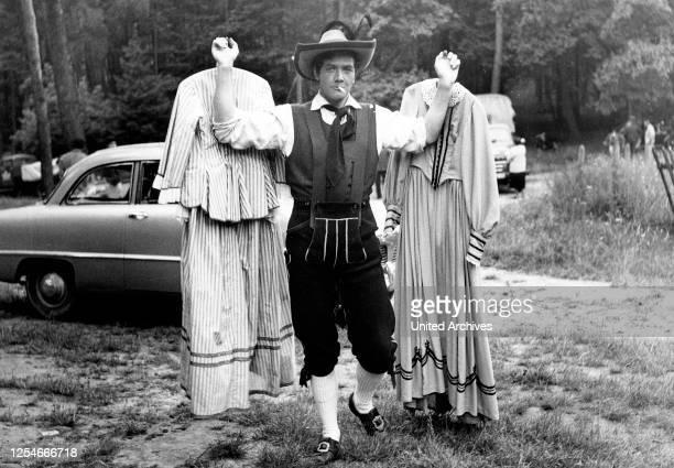 Der Vogelhändler Deutschland 1953 Regie Arthur Maria Rabenalt Darsteller Gerhard Riedmann macht sich in der Drehpause nützlich und trägt Kostüme umher