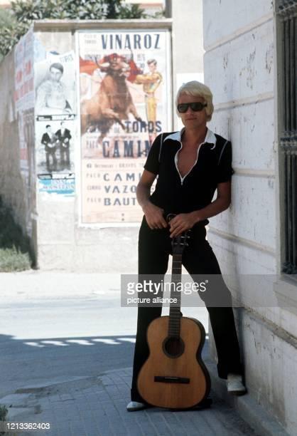 Der Volksmusiksänger Heino mit Gitarre, aufgenommen im August 1976 in Vinaroz/Spanien. Heinz-Georg Kramm begann als Bäcker und startete erst 1964...