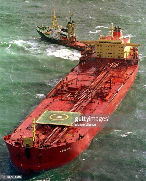 Der vom Bund in Charter eingesetzte HochseeBergungsschlepper Oceanic manöveriert am 15 Oktober 1998 den 132 000 Tonnen großen Tanker Bergina aus...