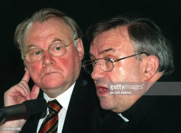 Der Vorsitzende der Deutschen Bischofskonferenz der Mainzer Bischof Karl Lehmann spricht am 2791999 auf einer Pressekonferenz in Düsseldorf während...