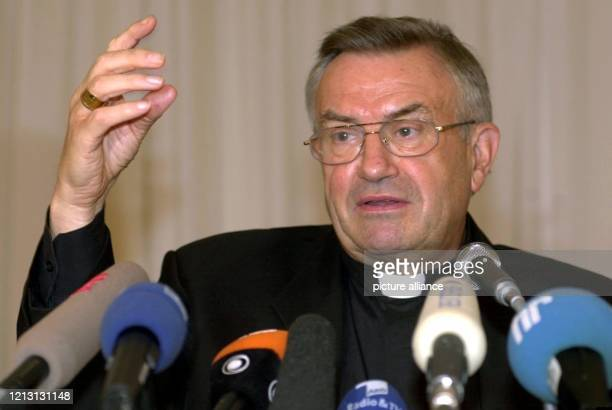 Der Vorsitzende der Deutschen Bischofskonferenz Karl Lehmann teilt am 2982000 auf einer Pressekonferenz in Mainz mit dass auch die katholische Kirche...