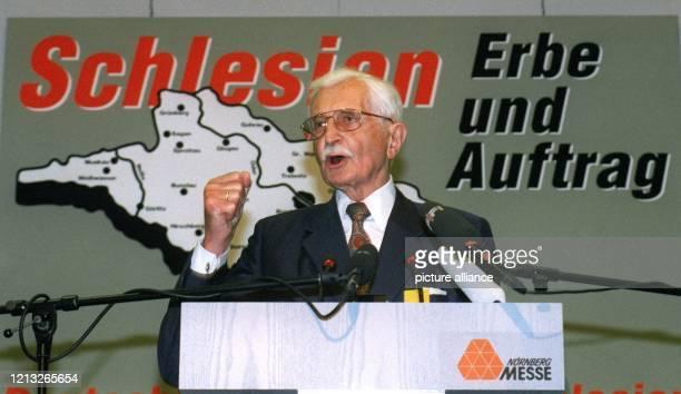 Der Vorsitzende der Landsmannschaft der Schlesier, Herbert Hupka, spricht am 12.7.1997 auf dem 28. Schlesiertreffen in Nürnberg. Hupka zufolge...