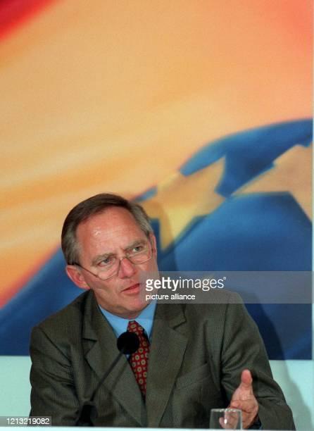 Der Vorsitzende der Wahlprogrammkommission der CDU Wolfgang Schäuble stellt am 651998 auf einer Pressekonferenz im KonradAdenauerHaus in Bonn die...