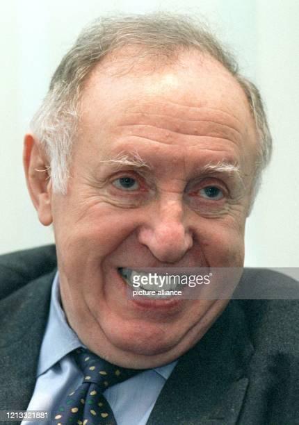 Der Vorsitzende des Zentralrats der Juden in Deutschland Ignatz Bubis bei einem dpaGespräch am 611997 in seinem Büro in Frankfurt am Main Bubis wird...