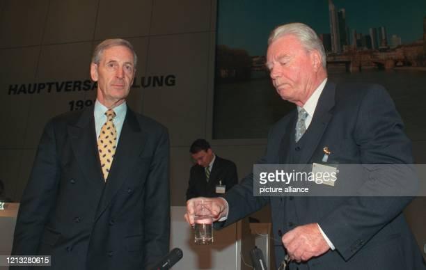 Der Vorstandssprecher der Commerzbank AG Martin Kohlhaussen und der Vorsitzende des Aufsichtsrates Walter Seipp aufgenommen am 3051997 vor der...