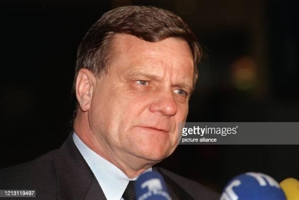 Der Vorstandsvorsitzende der Deutschen Bahn AG, Hartmut Mehdorn, äußert sich am 6.2.2000 in Frankfurt zu dem schweren Zugunglück in Brühl. Laut...