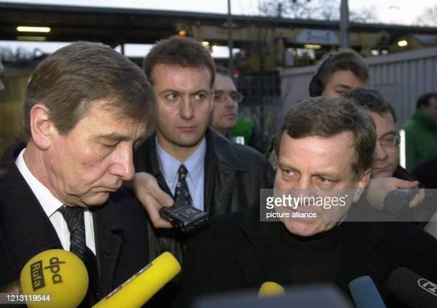 Der Vorstandsvorsitzende der Deutschen Bahn AG, Hartmut Mehdorn , und Nordrhein-Westfalens Ministerpräsident Wolfgang Clement beantworten am 6.2.200...