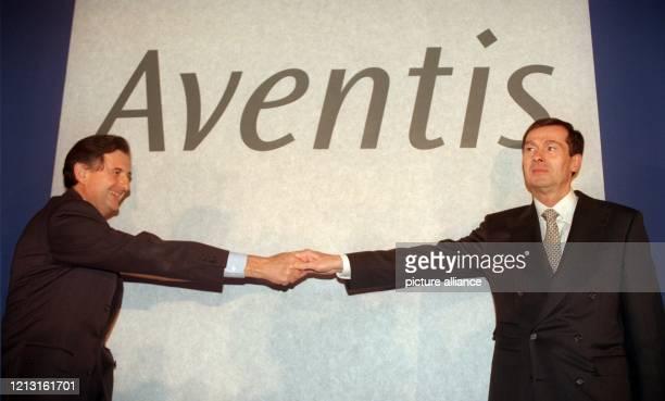 Der Vorstandsvorsitzende der Hoechst AG, Jürgen Dormann , und der Präsident von Rhone-Poulenc S.A., Jean-Rene Fourtou , reichen sich am 1.12.1998 in...