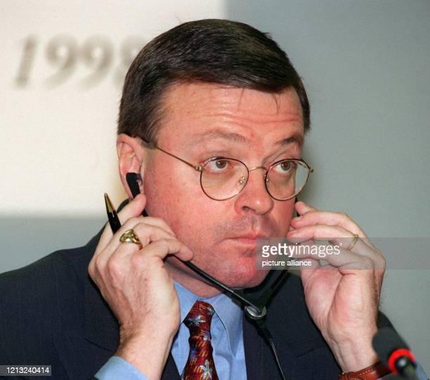 Der Vorstandsvorsitzende der Hoechst Marion Roussel AG, Richard Markham, beantwortet am 11.3.1998 bei der Bilanz-Pressekonferenz des Unternehmens in...