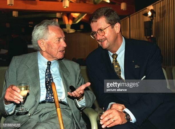Der Vorstandsvorsitzende der Porsche AG Wendelin Wiedeking unterhält sich am 2961996 mit dem Vater des Porsche dem Automobilfabrikanten Ferdinand...