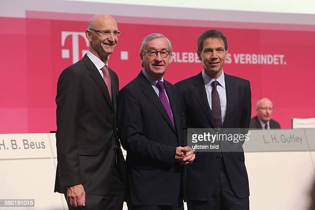 Der Vorstandsvorsitzende Rene Obermann und Finanzvorstand Timotheus Hoettges mit dem Aufsichtsratsvorsitzenden Ulrich Lehner Deutsche Telekom...