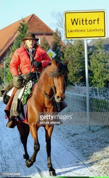 """Der Weltrekordler im Distanzreiten, Pit Schimkat, und seine siebenjaehrige Stute """"EL Rocio"""" reiten am 20.11.98 aus dem niedersächsischen Wittorf zu..."""