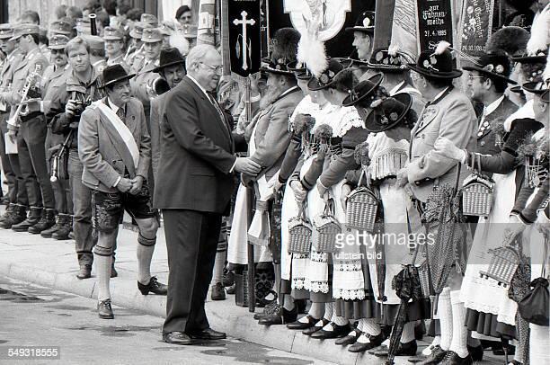 Der Weltwirtschaftsgipfel am 6 Juli 1992 in München Im Bild Bundeskanzler Helmut Kohl begrüßt Menschen in bayerischer Tracht