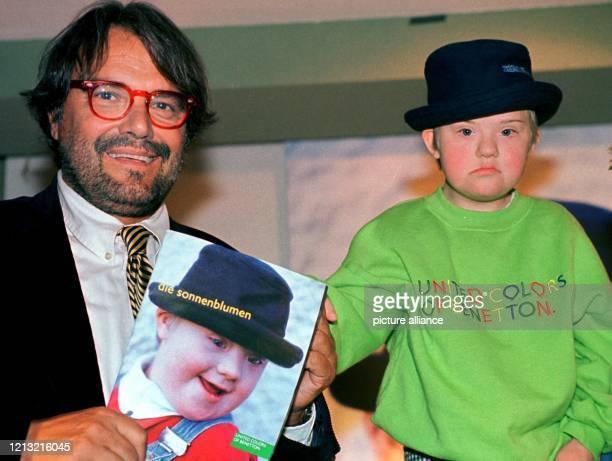 """Der Werbefotograf und Art-Direktor des italienischen Modeherstellers """"Benetton"""", Oliviero Toscani, mit der kleinen Hildegard, dem Titel-Model des..."""