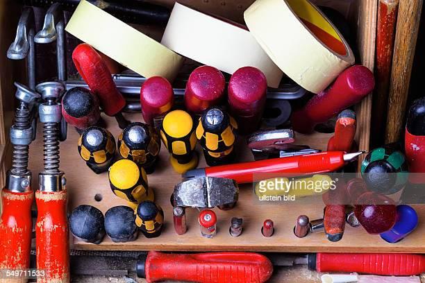 Der Werkzeugkoffer eines Handwerkers im geöffneten Zustand
