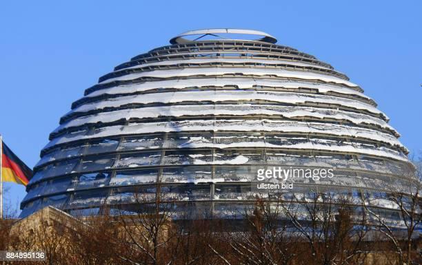 Der Winter hat auch das Regierungsviertel voll im Griff Schnee auf der Reichstagskuppel