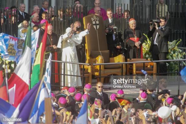 Der XX. Weltjugendtag in Köln 2005 - Papst Benedikt XVI. Besucht zusammen mit dem Erzbischof von Köln Kardinal Joachim Meisner als Pilger den Kölner...