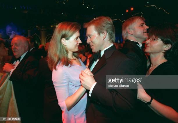 Der ZDF-Moderator Johannes B. Kerner tanzt mit seiner Frau Britta Becker beim Ball des Sports am 5.2.2000 in Wiesbaden. Die höchste politische...