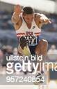 Der Zehnkämpfer Dan O'Brien beim Weitsprung während der LeichtathletikWeltmeisterschaft 1995 in Göteborg